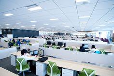 本社オフィス ソフトバンク・テクノロジー株式会社 企業情報 Office Images, Corporate Office Design, Open Office, Office Interiors, Scene, Layout, Ceiling, Architecture, Places