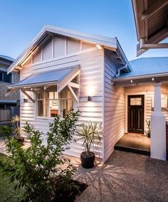 Modern colour update for cottage -- renovation ideas Cottage Exterior, Exterior House Colors, Exterior Design, Cafe Exterior, Cottage Design, House Design, Weatherboard House, Queenslander, 1940s Home