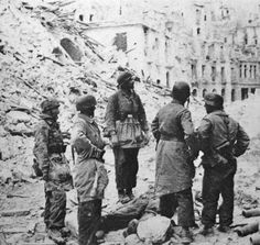 body of Leutnant Siegfried Rammelt surrounded by some Fallschirmjäger, just behind them is the Hotel Excelsior in ruins. The photo was taken on 21.03.1944.