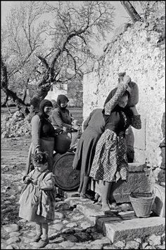 1955 ~ Women in Crete (photo by Erich Lessing) Old Pictures, Old Photos, Vintage Photos, Greece Photography, Street Photography, Greek Independence, Crete Island, Greek History, Crete Greece