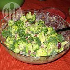 Salade van broccoli en zonnepitten Porties: 8  350 gr verse broccoliroosjes 1 kleine rode uit, zeer fijngesneden 3 eetlepels rozijnen 2 eetlepels zonnebloempitten 4 eetlepels magere yoghurt 2 eetlepels sinaasappelsap 1 eetlepel light mayonaise