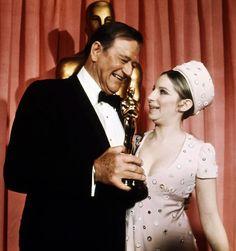 John Wayne recoge su Oscar de manos de Barbra Streisand, ganadora del año pasado
