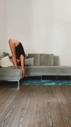 Couch stretching - Yoga flow with couch. Use your device for a deep stretch Yoga flow with couch. Use your device for - Fitness Workout For Women, Fitness Workouts, Yoga Fitness, At Home Workouts, Yoga Flow, Cardio Yoga, Gymnastics Workout, Gymnastics Stretches, Yoga Handstand