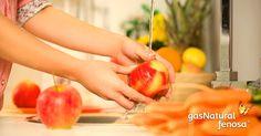 Mantén un balde con agua en el fregadero mientras lavas los alimentos, así puedes enjuagarlos sin abrir varias veces la llave.