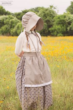 Little House on the Prairie Costume / Bonnet Tutorial. Perfect for a Laura Ingalls Wilder costume or as a pioneer costume. Diy Costumes, Costumes For Women, Farm Costumes, Pioneer Girl Costume, Farmer Girl Costume, Pioneer Bonnet, Pioneer Trek, Pioneer Life, Pioneer Clothing