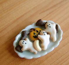 Miniature Plate Of Halloween Cookies Halloween Diorama, Halloween Miniatures, Halloween Scene, Halloween Buffet, Miniature Crafts, Miniature Food, Haunted Dollhouse, Dollhouse Miniatures, Minis