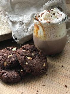 Schoko Mandel Cookies Rezept, weiche,leckere Cookies mit viel Schokolade leckerem Mandelmehl. Eine Schokoladige Liebeserklärung an den Winter ! Sie sind weich kunsuprig und verführerisch Köstlich !