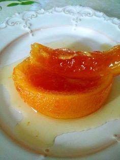 ΥΛΙΚΑ  4 χοντρόφλουδα πορτοκάλια 1 κιλό ζάχαρη 2 κούπες νερό 1/2 λεμόνι το χυμό του ΕΚΤΕΛΕΣΗ  Τρίβουμε το εξωτερικό των πορτοκαλιών στον τρίφτη. Τα βάζουμε να βράσουν για δέκα λεπτά ολόκληρα.Επαναλαμβάνουμε την διαδικασία για 2 με 3 φορές για να ξεπικρίσουν. Τα βάζουμε σε κρύο νερό και δοκ Greek Desserts, Greek Recipes, Cake Recipes, Dessert Recipes, Homemade Sweets, Lemon Coconut, Appetisers, Love Is Sweet, Soul Food