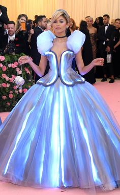 Zendaya from 2019 Met Gala Red Carpet Fashion - Carpet Zendaya Met Gala, Mode Zendaya, Estilo Zendaya, Zendaya Style, Zendaya Fashion, Fashion Carpet, Met Gala Outfits, Bar Outfits, Vegas Outfits