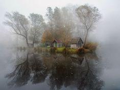 Fotografía de Gabor Dvornik (Your Shot), quien vive muy cerca del lago que se muestra en la imagen, ubicado en Sződliget, Hungría. Para obtener esta toma, Dvornik durmió únicamente tres horas para poder llegar al lago y capturar la niebla de alrededor.