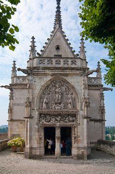 Leonard de Vinci est enterré dans la Chapelle St-Hubert au Château d'Amboise, France.