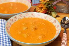 Eine wärmende Suppe, die satt und happy macht... 4 Portionen 15 g Kokosöl 75 g rote Zwiebel, gehackt 690 ml passierte Tomaten 750 g frischer Wirsing, ohne Strunk, in Streifen geschnitten 500 ml Gemüsebrühe 200 ml Kokosmilch 400 g grobes rohes Wurstbrät, in Kugeln von 2-3 cm Durchmesser geformt Salz und Pfeffer In