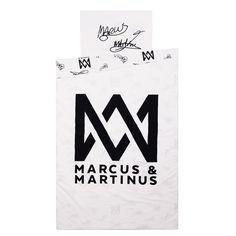 Klassisk sengesett i 100% bomull.  Dynetrekket har stor Marcus & Martinus-logo på den ene siden og autografene til gutta og logo på den andre. Dette offisielle Marcus & Martinus-produktet får du kun kjøpt hos Kid Interiør. Ved kjøp av Marcus & Martinus bomullsprodukter hos Kid Interiør støtter du ansvarlig bomullsproduksjon gjennom Better Cotton Initiative.<p><em>OBS - Denne varen kan ikke benyttes som velkomsttilbud i Kid interiørklubb.</em></p>