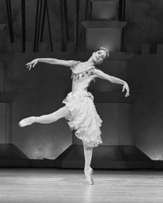 The beautiful Darcey Bussell in The Prince of the Pagodas (1989). Photo by Leslie E. Spatt.