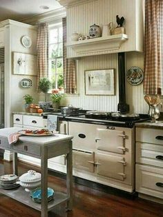 Look at that stove! This is a small kitchen? :-) (Small Kitchen with Special Touches) home vintage kitchen decorate stove small Cozy Kitchen, New Kitchen, Vintage Kitchen, Vintage Stove, Kitchen Shelves, Awesome Kitchen, Kitchen Small, Kitchen Cabinets, Kitchen Dining