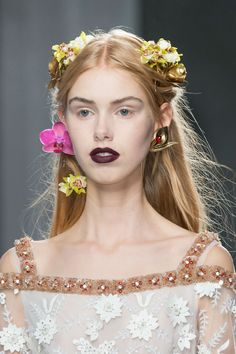 Pin for Later: These Are the 10 Most Important Beauty Moments of NYFW You Need to Know Gothic Bridesmaids at Rodarte There's nothing cheesy about these flower crowns — especially when paired with porcelain skin and a grunge lip. Fall Fashion 2016, Fashion Week, New York Fashion, Runway Fashion, High Fashion, Ethereal Makeup, Pale Skin, Down Hairstyles, Hairdos
