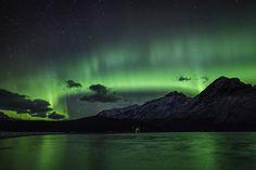 Northern LIghts over Lake Minnewanka i Banff Alberta, Nov 9, 2013