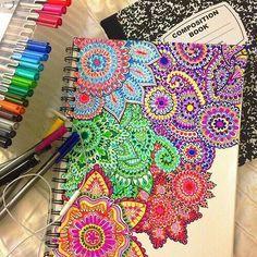 Decora tus cuadernos. Materiales: Un cuaderno sin dibujo, ni graffiti ni nada absolutamente en blanco, marcadores de colores y listo no necesariamente tienes que hacer ese diseño puedes ser libre y hacer lo que quieras el estilo que quieras.