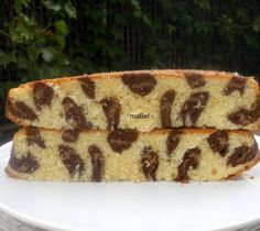 Leopard print inside cake. WARNING: This site is not in English, but there are tons of step-by-step photos... here are some translated pointers from the recipe:  For light brown batter separate 80gr (3oz) and add 3/4 tbsp of cocoa powder + 1/2 tbsp of flour. For dark batter, separate 150gr (5oz), add 2 tbsp cocoa powder. For white batter add 2 tbsp of flour.