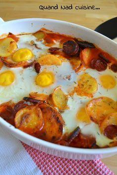 Oeufs à la flamenca Pour 4 personnes: 400 g de petites pommes de terre 1 chorizo (j'en ai mis environ 150 g) 1 oignon rouge 2 gousses d'ail 200 g de filet de poulet quelques brins de thym 400 g de tomates concassées 10 cl de bouillon de volaille 6 oeufs 1 cs d'huile d'olive + un peu pour le plat
