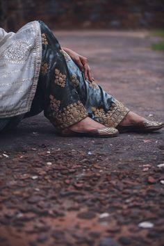 Velvet Suit Design, Velvet Dress Designs, Dress Neck Designs, Fancy Dress Design, Stylish Dress Designs, Indian Designer Outfits, Indian Outfits, Indian Dresses, Dress Indian Style