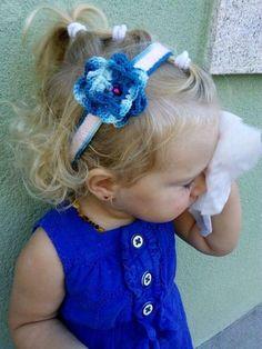 . Elegante diadema hecha a mano a ganchillo con hilo de algodón para bebe y niña. es una preciosa diadema en rosa pálido con puntilla en color azul a juego con una preciosa flor. Ideal para regalo de nacimiento, cumpleaños, comunión, bautizo para celebracio
