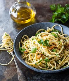 Pasta aglio e olio - oftewel pasta met olie en knoflook Food N, Good Food, Pasta Aglio E Olio, Vegetarian Recipes, Healthy Recipes, Mediterranean Recipes, Birthday Dinners, My Favorite Food, Favorite Recipes