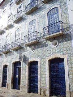 Fachada revestida de azulejos antigos em São Luís do Maranhão. Foto: Frank Kramer.