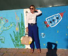 Camisa blanca de Carolina Herrera, pantalón azul de Mango. Las sandalias son de Bimba y Lola y el bolso de Purificación García.