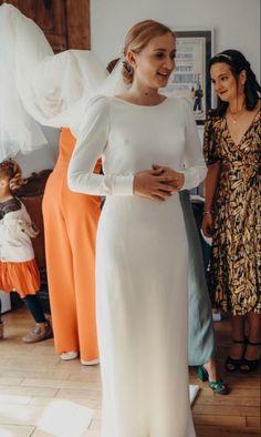 💕Robe de mariée demi-mesure #AtelierGasparine Top Romane, manche Fernande et Paulette, Jupe Fernande en crêpe de soie 💕 Si tu cherches #TheDress, viens faire un tour dans l'atelier de Marion, et d'un coup de baguette magique, c'est good. Un modèle, ton tissu, ta robe, juste à toi. Tu es unique, ta tenue le sera également et elle sera #MadeWithLove et #MadeInFrance. . Pour son #Mariage, une #BrideToBe veut la plus belle #WeddingDress Top Roman, Plus Belle, Unique, I Want You, Wand, Silk, Fabric, Atelier