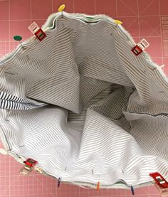 TUTORIAL bolsa tuppers! - ilovekutchi blog Drawstring Bag Tutorials, Fabric Bags, Knitting Projects, Quilt Blocks, Quilts, Sewing, Crochet, Pattern, Purses