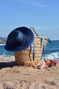 Beach bag with a book and a telephone - Beach bag with a book and a telephone and sunglasses accompanied by a sea star