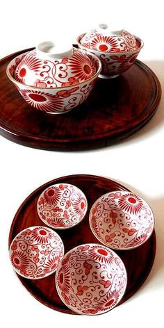 Gorgeous red and white patterned china ware set on a lovely wooden tray. Japanese Bowls, Japanese Ceramics, Japanese Pottery, Red Plates, Plates And Bowls, Japanese Porcelain, Ceramic Table, Tea Bowls, Ceramic Painting
