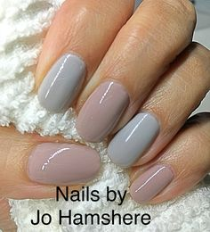 Subtle nails in grey and mushroom pink