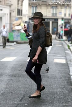 PHOTOS - Le anti-look de Carla Bruni Sarkozy à Paris, le 12 juillet 2012.