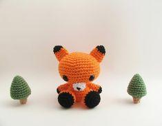 DIY Des modèles de renards au crochet. (Little Amigurumi Fox Sitting Between Two Amigurumi Trees) (https://www.craftsy.com/blog/2013/10/fox-crochet-patterns/)