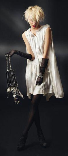 paris lifestyle.  Anar chic  Simplemente Elegante. Vestido blanco con accesorios negros.