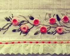Toalha Lavabo Bordada em Fita: Flores