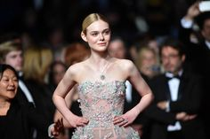 Elle Fanning tapis rouge montée des marches cannes 2016 the neon demon chignon