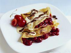 Flüssige Schokolade und Kirschen sind das perfekte Duo! Kirsch-Crêpes mit Schokosauce - smarter - Kalorien: 364 Kcal - Zeit: 1 Std. | eatsmarter.de