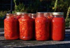 Blanchir les tomates (plonger à l'eau bouillante une minute, puis plonger à l'eau froide), les peler et les couper en morceaux. Dans une grande casserole, faire revenir dans l'huile d'olive l'oignon et l'ail quelques minutes. Ajouter les piments et les assaisonnements...
