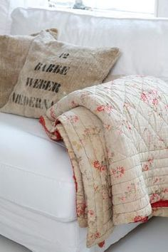 faded quilt on couch ♡ teaspoonheaven.com                                                                                                                                                                                 Mais