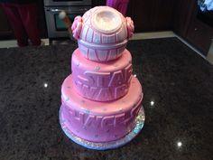 Różowy tort Star Wars z Gwiazdą Śmierci i fryzurą księżniczki Lei