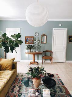 Ny blus, dödligt skoskav, Gotlandsrapport och bokklubben is back Small House Interior Design, Luxury Homes Interior, Interior Inspiration, Room Inspiration, Interior Ideas, Home And Living, Living Room, Retro Furniture, Colour Architecture