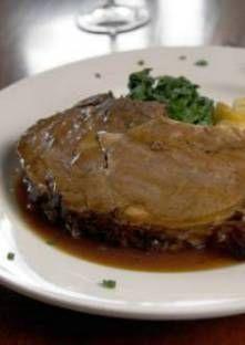Chevreuil aux pommes de terre 2pers  2 filets de chevreuil 100 g de pommes de terre 4 cuillères à soupe de muscade 40 g de beurre persil 1 cuillère à soupe de vinaigre 5 cl de caramel poivre 1 cube de Maggi >