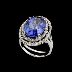Anel de ouro branco 18k, diamantes lapidação brilhante regulando 0,45ct no  total e tanzanita lapidação oval regulando 11,00ct. Cerca de 8,2g. Medida  17. 27b6880912