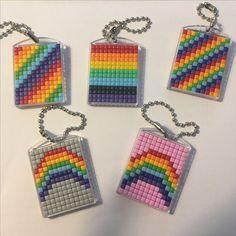 Pixelhobby regenboog Sleutelhanger rainbow Keychain Hama Beads Patterns, Beading Patterns, Modele Pixel, Beaded Banners, Diamond Paint, Mini Cross Stitch, Unicorn Party, Loom Beading, Pattern Art