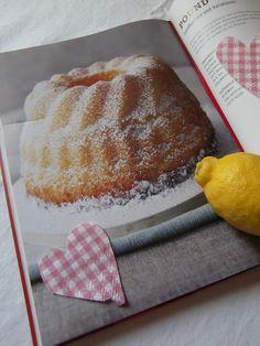 Und, was macht Ihr, wenn der liebe Freund einen Zitronenkuchen, wohlbemerkt, einen saftigen Zitronenkuchen möchte. Hm, ab jetzt müsst Ihr keine Sorge mehr haben, dass da irgendetwas am Teig zu troc…