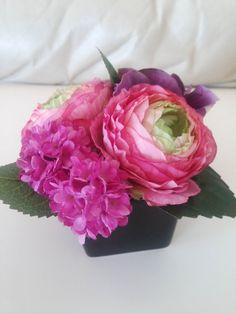 黒のスクエアの花器に大ぶりのお花でアレンジバラ(花径約8cm)・紫陽花・マム(アーティフィシャルフラワー)手のひらに乗るほどの小さなアレンジですが、大輪のお花が豪華な感じに母の日に、ミニプレゼントにいかがでしょう?花器サイズ:6cm×6cmアレンジサイズ:横11cm×縦10cmアーティフィシャルフラワーを使用しています。水やり不要で枯れることなく永遠に咲き続けてくれるお花です。有名店やデパート等で販売されているものと同じ、高級シルク%E