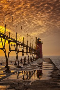 South Pier Lighthouse in South Haven, USA. I have always loved this pier & lighthouse! Grands Lacs, Lighthouse Pictures, Lake Michigan, Manistee Michigan, Michigan Usa, Great Lakes, Belle Photo, Places To See, Beautiful Places